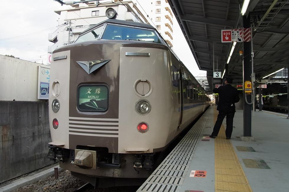 新大阪~天橋立間を結んでいた特急「文殊」に使用されていた183系。JR西日本オリジナルの塗装となっています。このほか、485系やキハ183系にも類似したデザインでの塗装が行われていました。