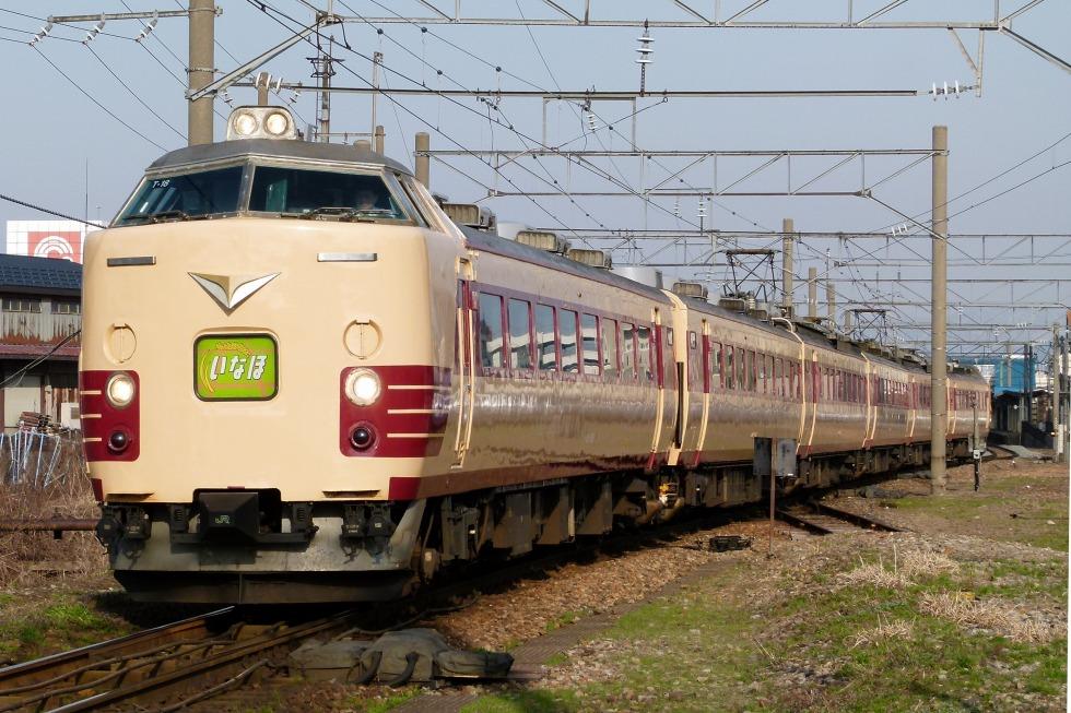 羽越本線の特急「いなほ」に充当されるリバイバル塗装の485系。485系の「いなほ」運用は、2014年に消滅しています。写真のT18編成の先頭に組み込まれているクハ481-1508は、北海道から青森や秋田を経て新潟に転属してきた流浪の車両。現在は新潟市新津鉄道資料館に保存され、余生を送っています。