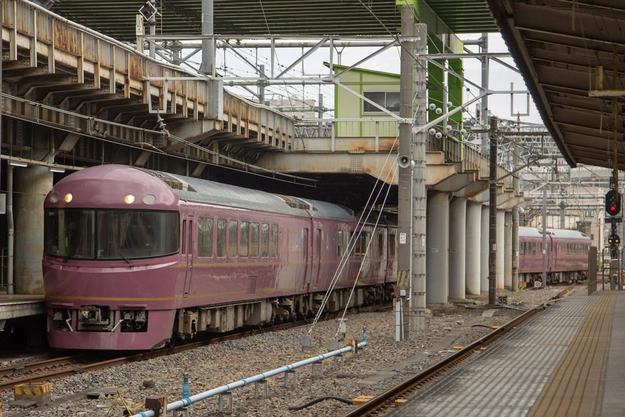上野駅15番線に入線するジョイフルトレイン「宴」。今回の旅のもう一つの主役だ。