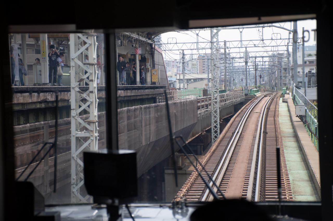 最後尾から貨物線を見る。左のホームが三河島駅。