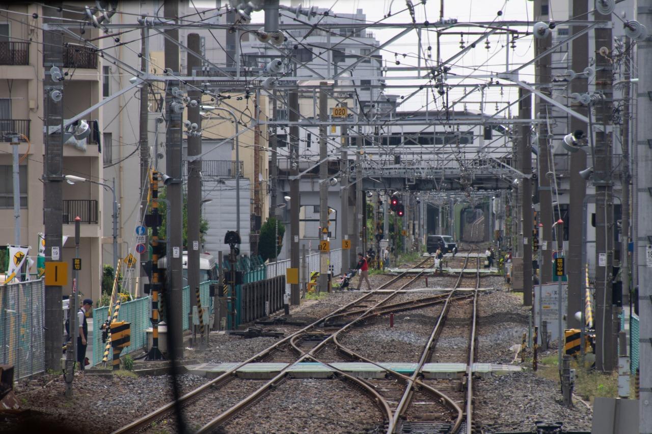 貨物支線では京成電鉄と交差する。タイミング良くスカイライナーが現れた。