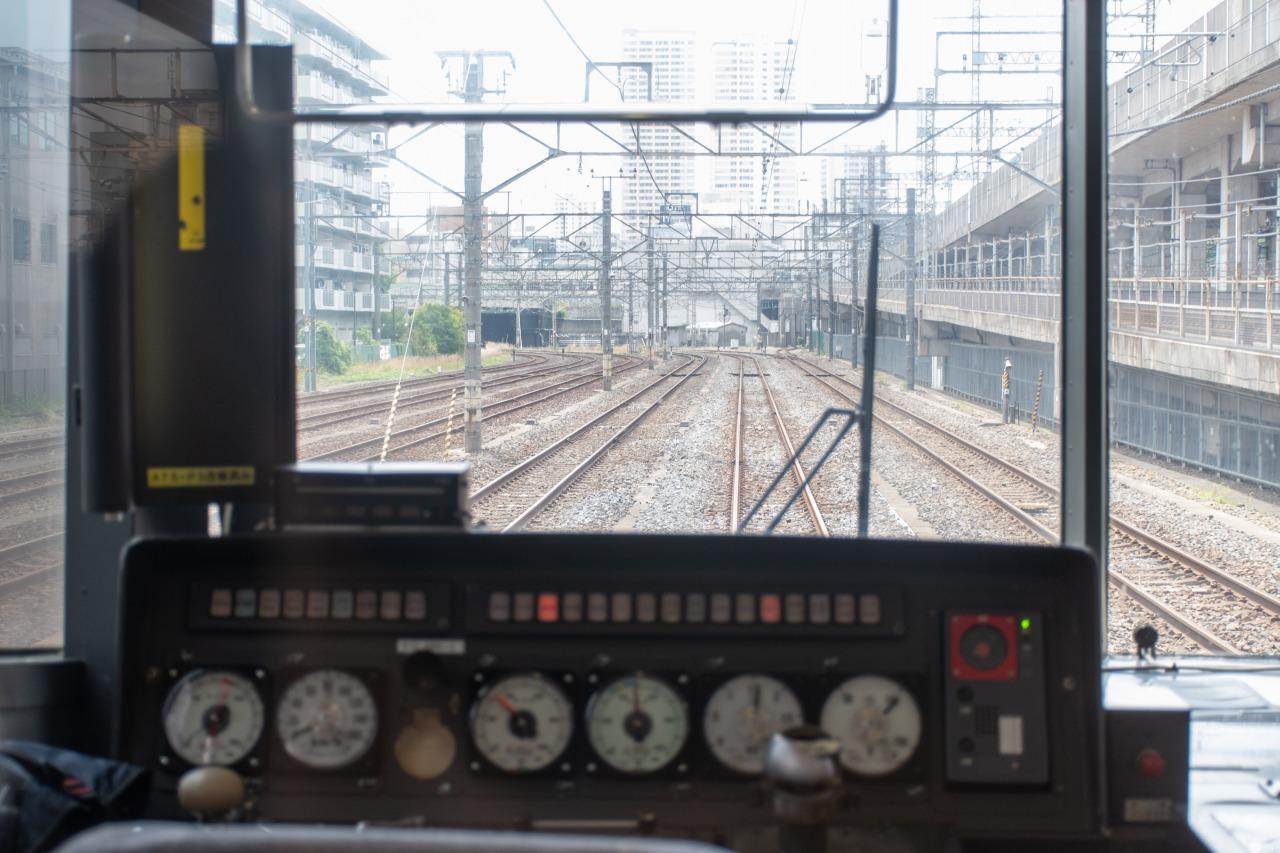 田端操駅の5番線に到着。右手の高架線は東北新幹線で、その向こうには田端駅がある。田端操駅は、田端操車場や田端信号場駅とも呼ばれる。