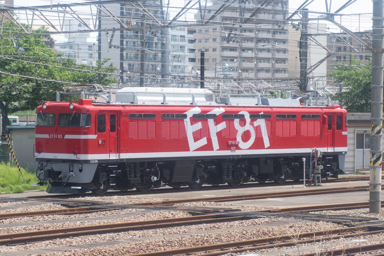 同じく東側には、JR東日本の田端運転所がある。このツアーの2日前に秋田総合車両センターを出場したばかりのEF81-95が、輝く車体を休めていた。