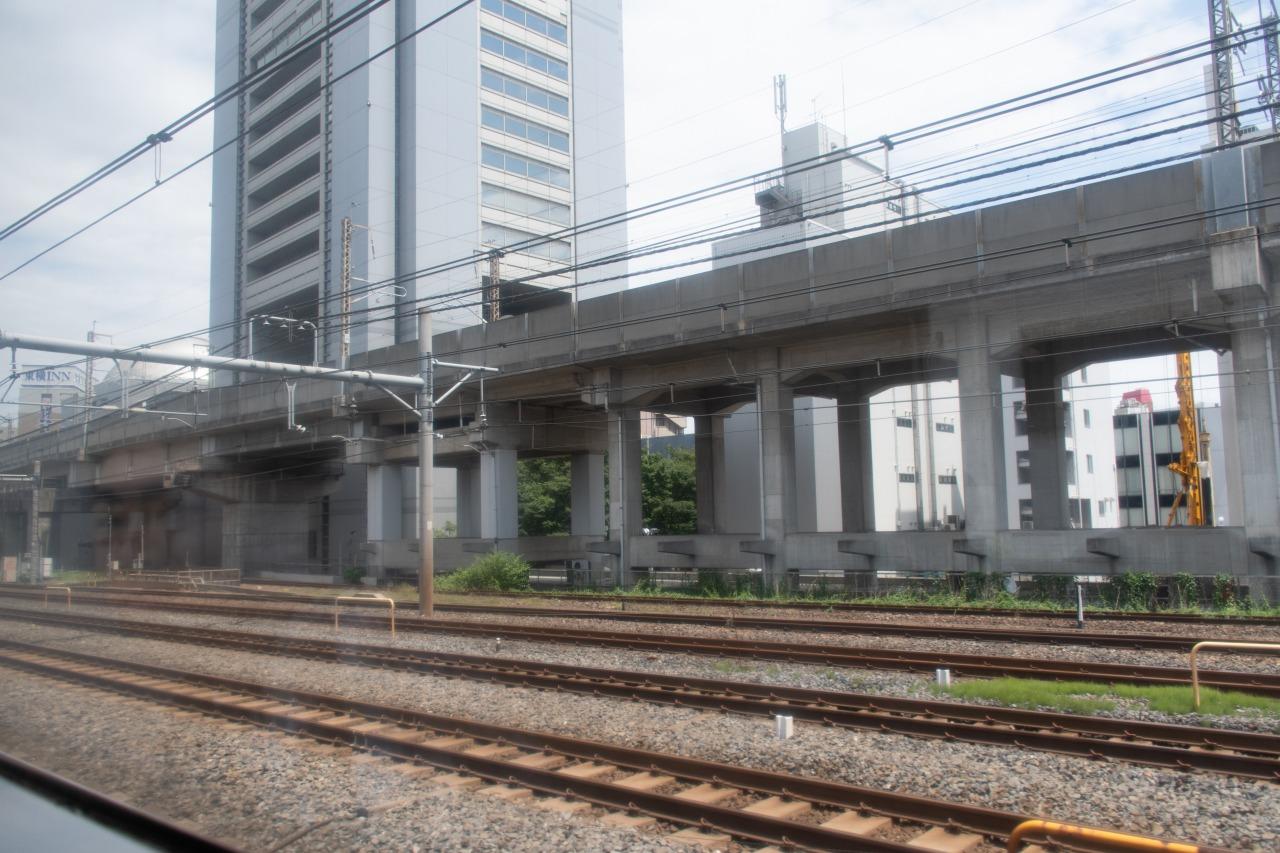 田端~赤羽間を走行中の車内から。この区間は東北貨物線、東北本線、京浜東北線、東北新幹線の4つの複線が並走している。