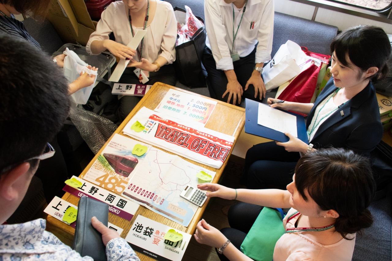 大宮操車場での停車中、車内ではグッズ販売会が開催された。この列車でしか購入できないグッズとあってか、多くのファンが列を作っていた。