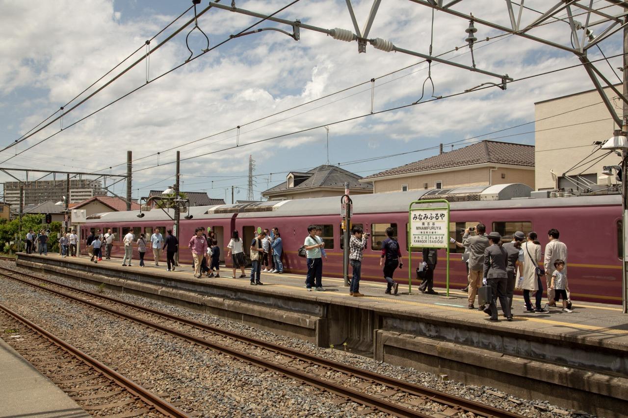 南古谷駅に到着。この旅で唯一降車できる駅ということもあり、ホームは参加者でにぎわっていた。