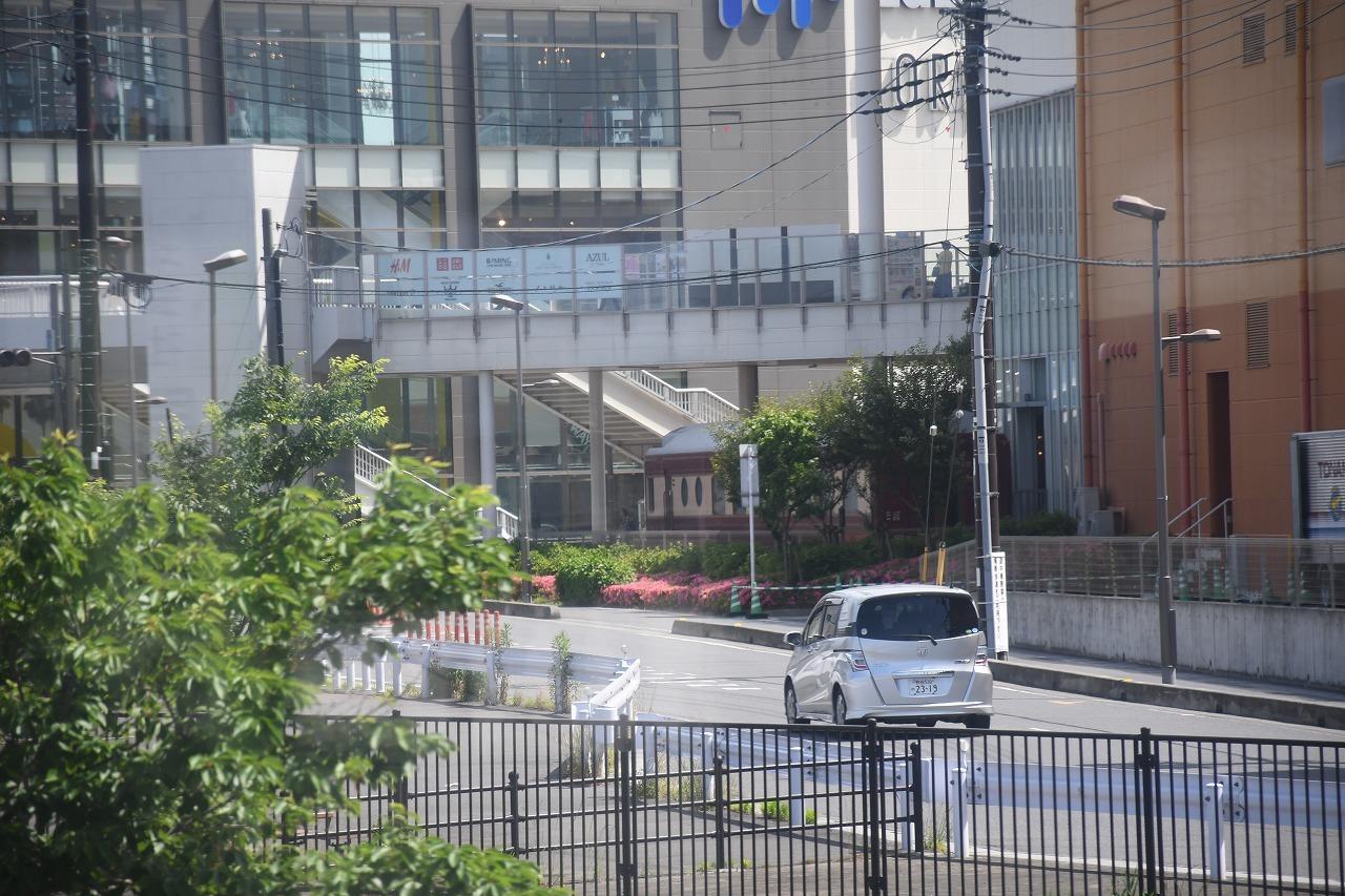 沿線の商業施設に保存されている24系「夢空間」がチラリ。この商業施設のスペースは、かつては武蔵野操車場という広大な貨物設備があった。