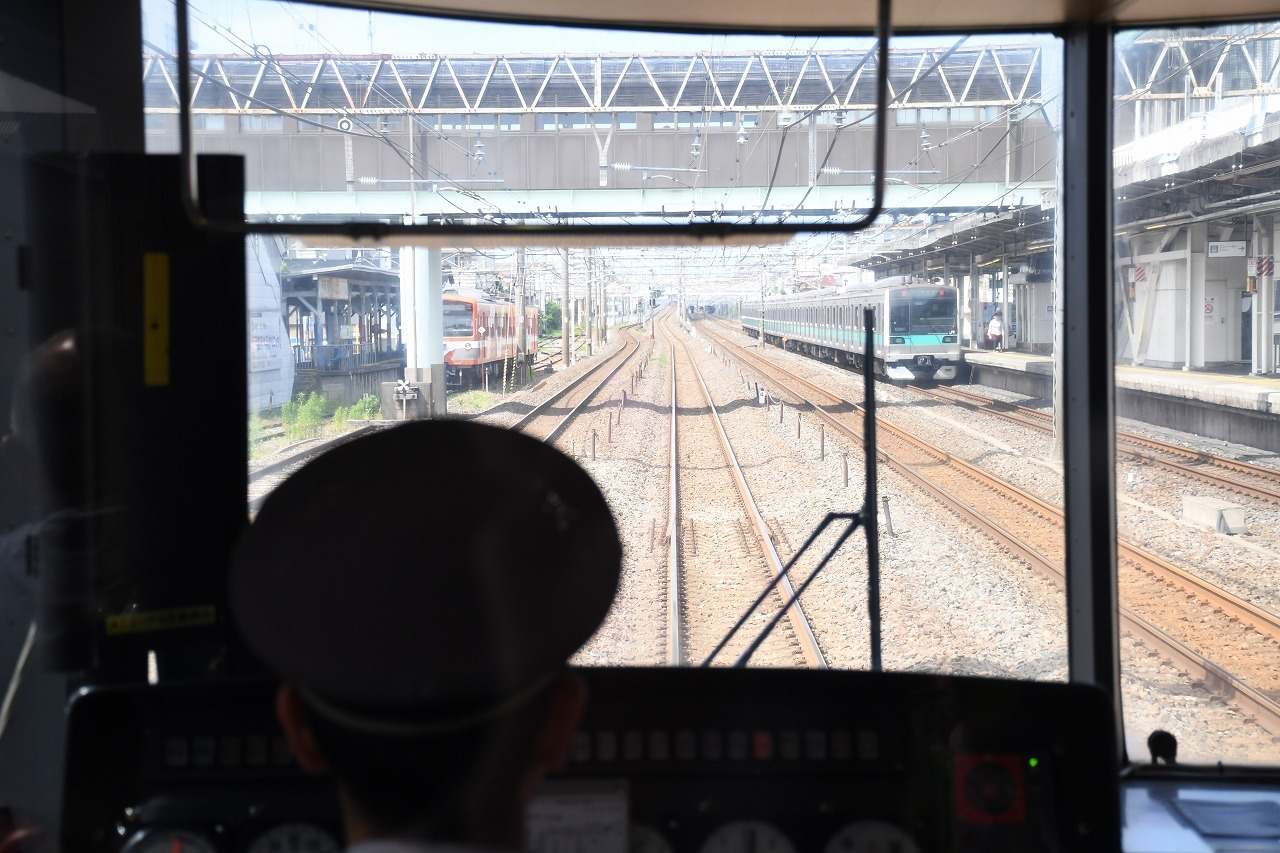 馬橋駅に到着。写真右手の常磐緩行線と、左手の流鉄流山線に挟まれた待避線で小休止。