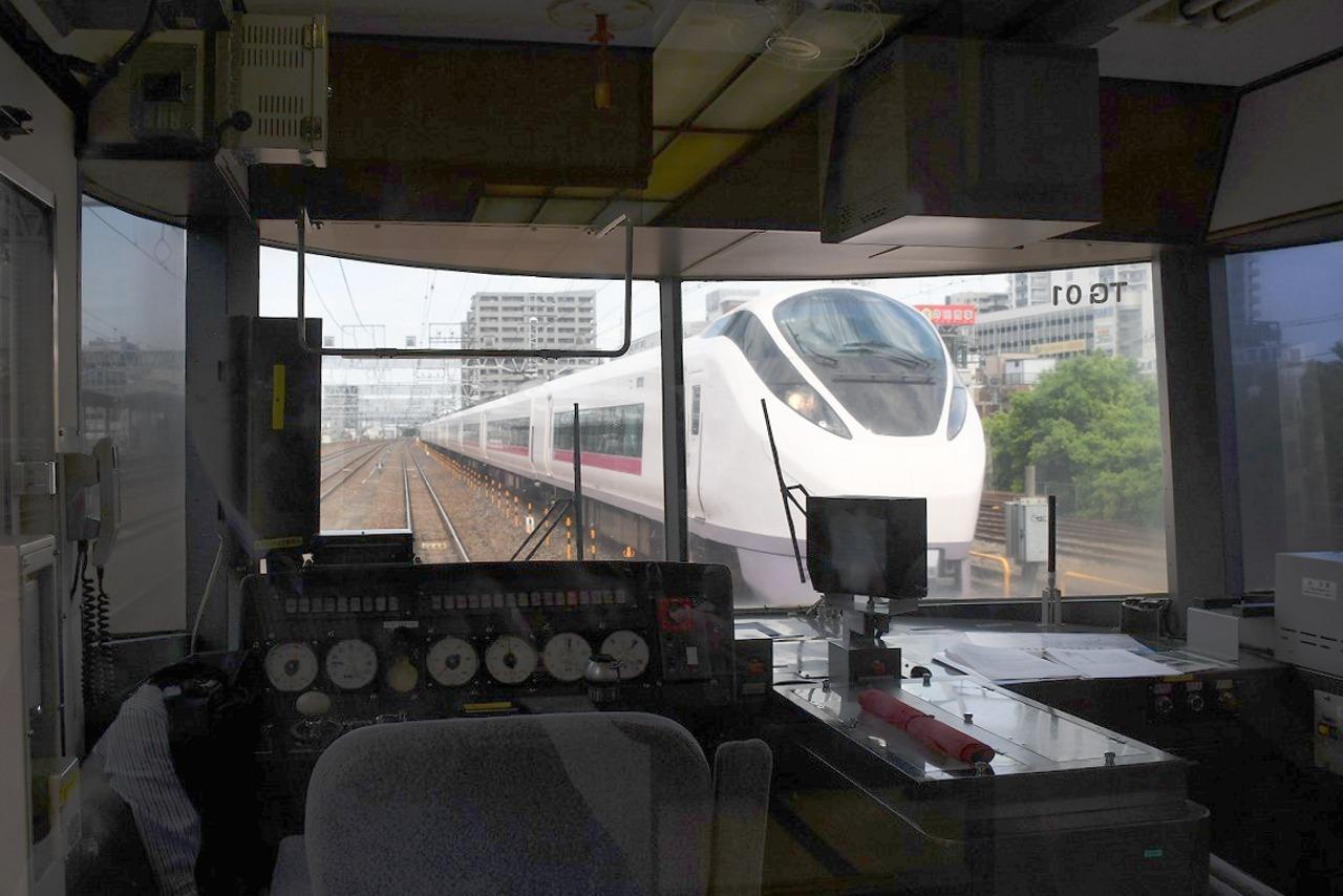 再び金町駅。列車が動き出すタイミングで、E657系が背後から迫ってきた。