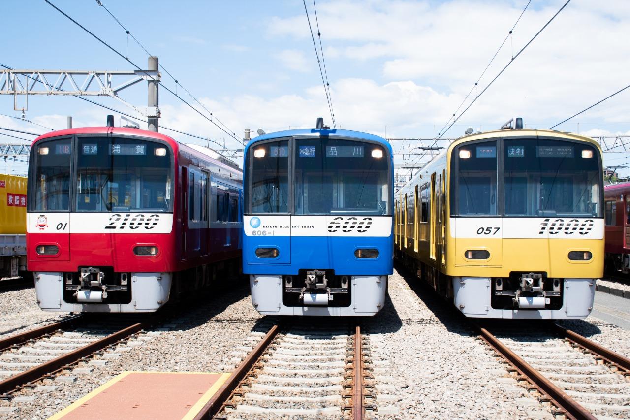 左から、2100形2101編成、600形「KEIKYU BLUE SKY TRAIN」、新1000形「KEIKYU YELLOW HAPPY TRAIN」
