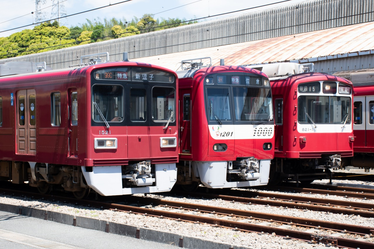 左から、1500形「京急120年の歩み号」、新1000形1201編成、800形821編成