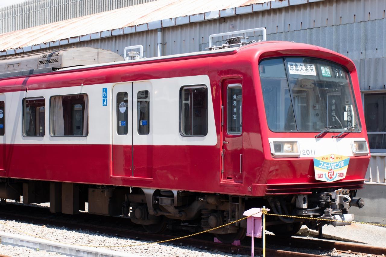 3月の特別貸切列車「ありがとう2000形」で使用された2000形2011編成。ブルーリボン賞受賞記念ヘッドマークを掲出していた。