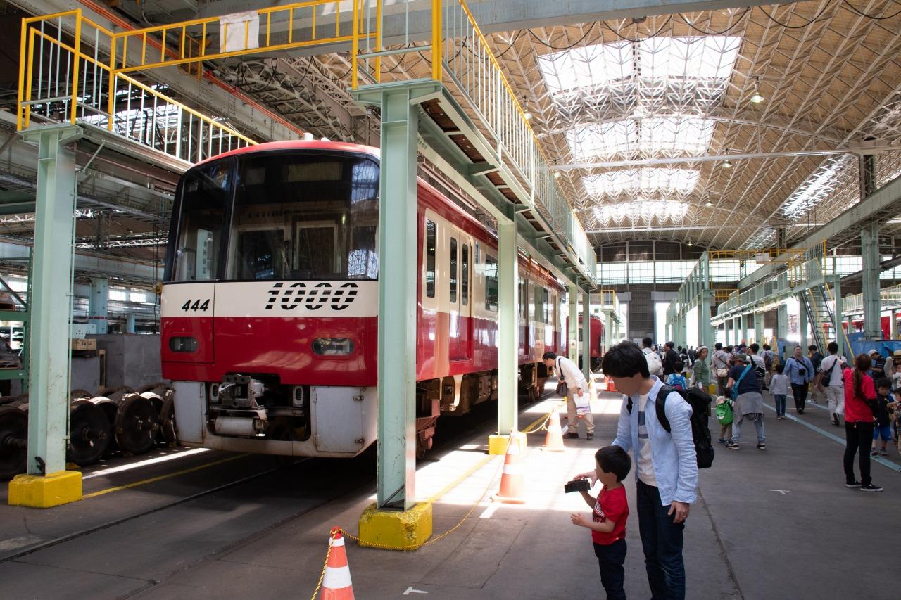 久里浜工場の主工場。京急が保有する鉄道車両全ての検査を手掛ける施設だ。