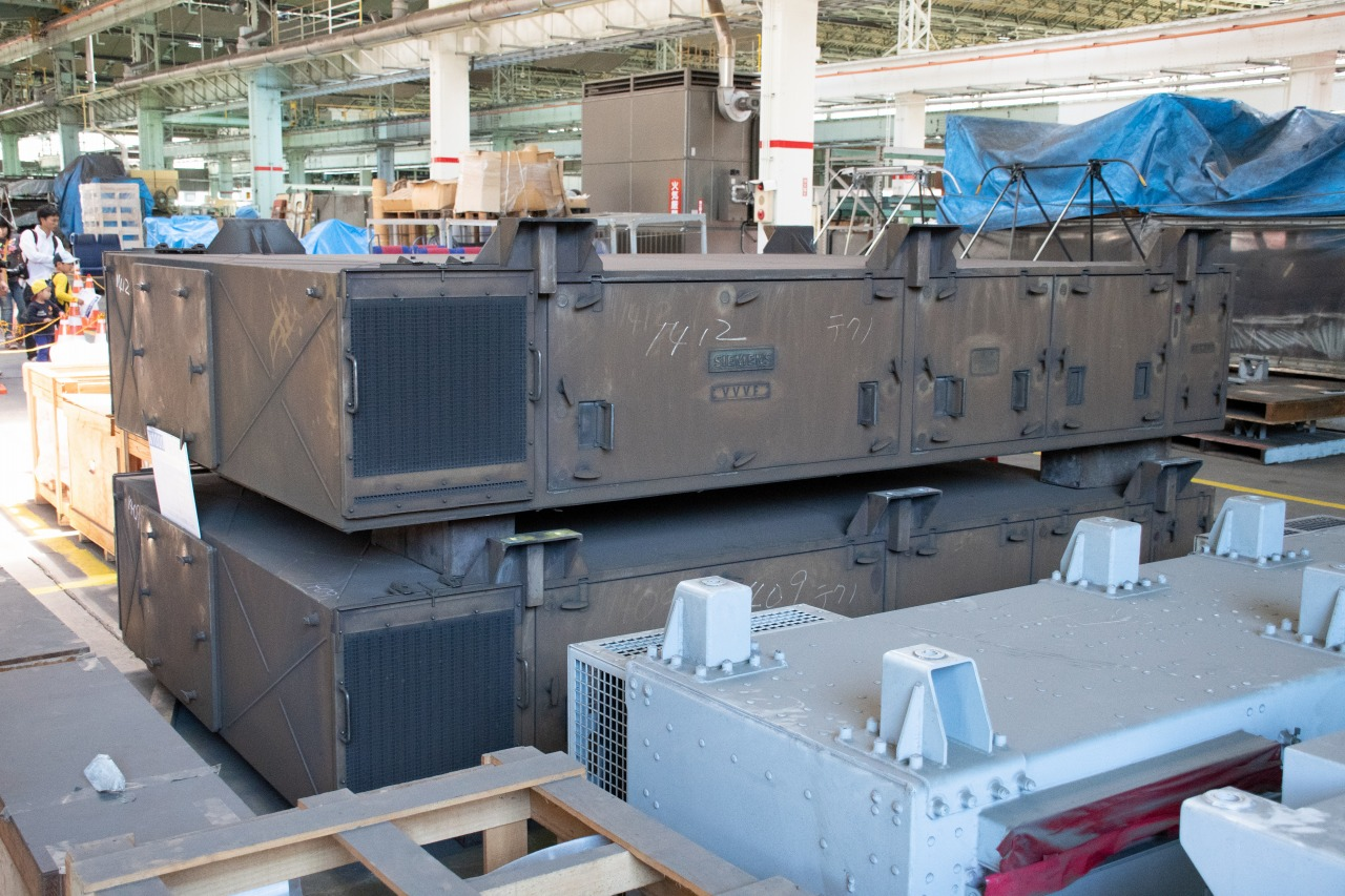 新1000形のVVVFインバータ制御装置。これはドイツのシーメンス社製のもの。京急では他にも、東洋電機製造製や三菱電機製の制御装置が使われている。