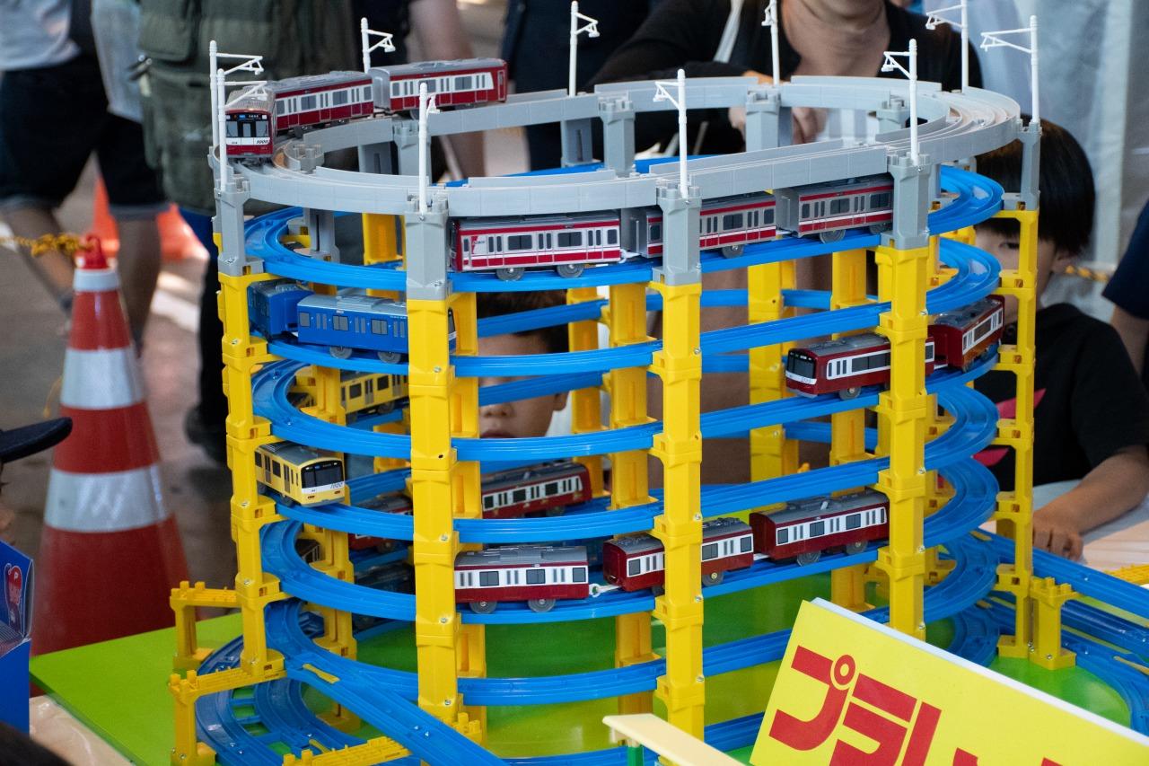 特修工場内に設けられたプラレール広場。京急自慢のプラレールが走りまわり、子どもたちの目を引いていた。