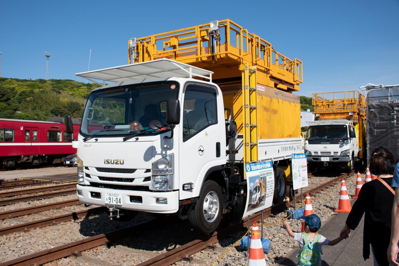 架線の取替や点検などに使用される「架線作業車」。軌陸車と呼ばれる、道路と線路のどちらも走行が可能な車両を用いている。