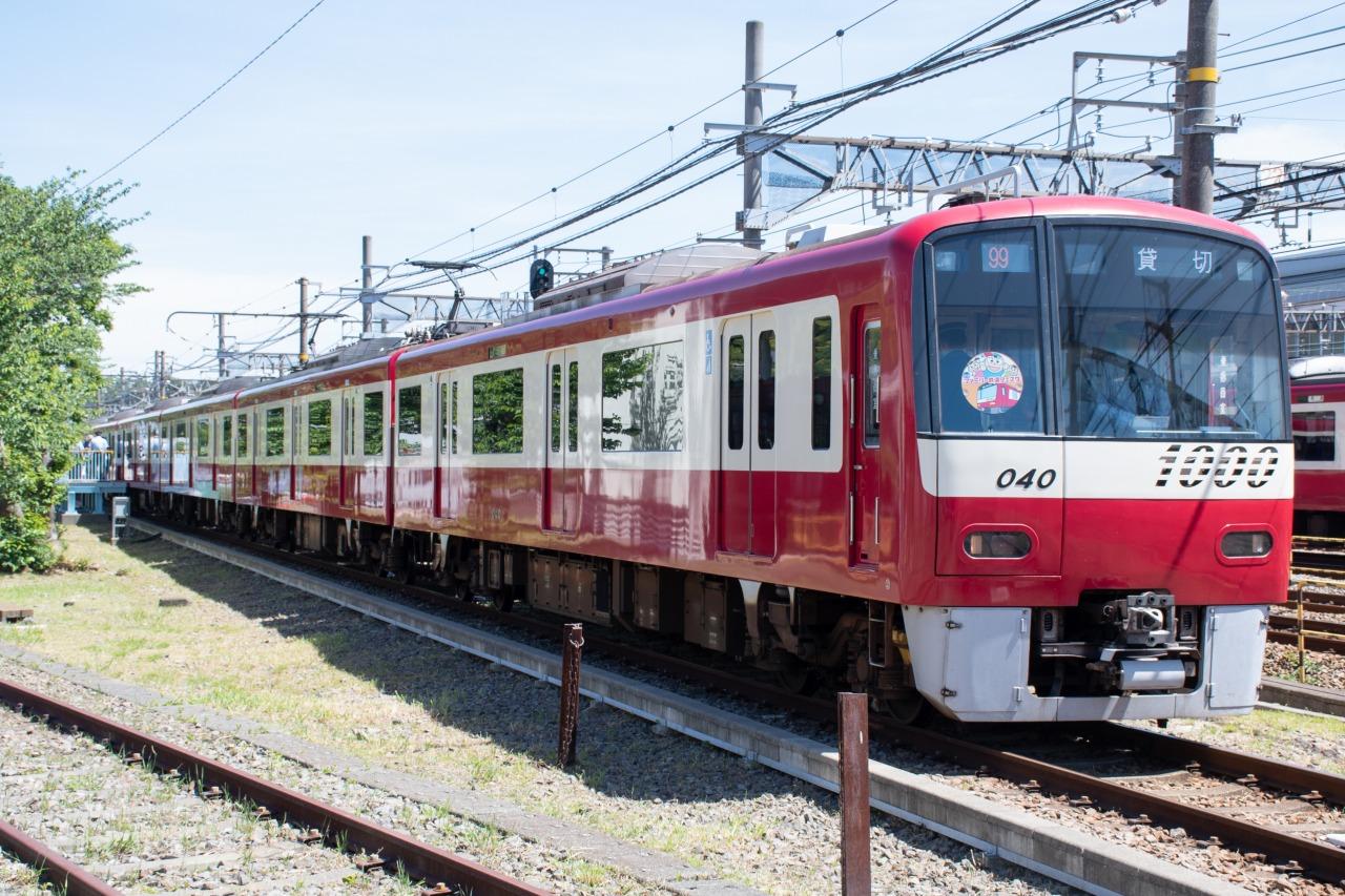 会場と京急久里浜駅間で運転された「お帰り臨時電車」。今回は新1000形1033編成が使用され、ヘッドマークも掲出された。