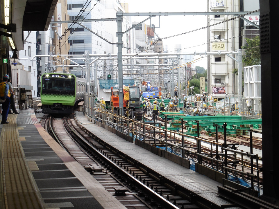 山手線渋谷駅、内回り(2番線)ホームから見た新宿方面の様子。右側が山手貨物線の線路です。