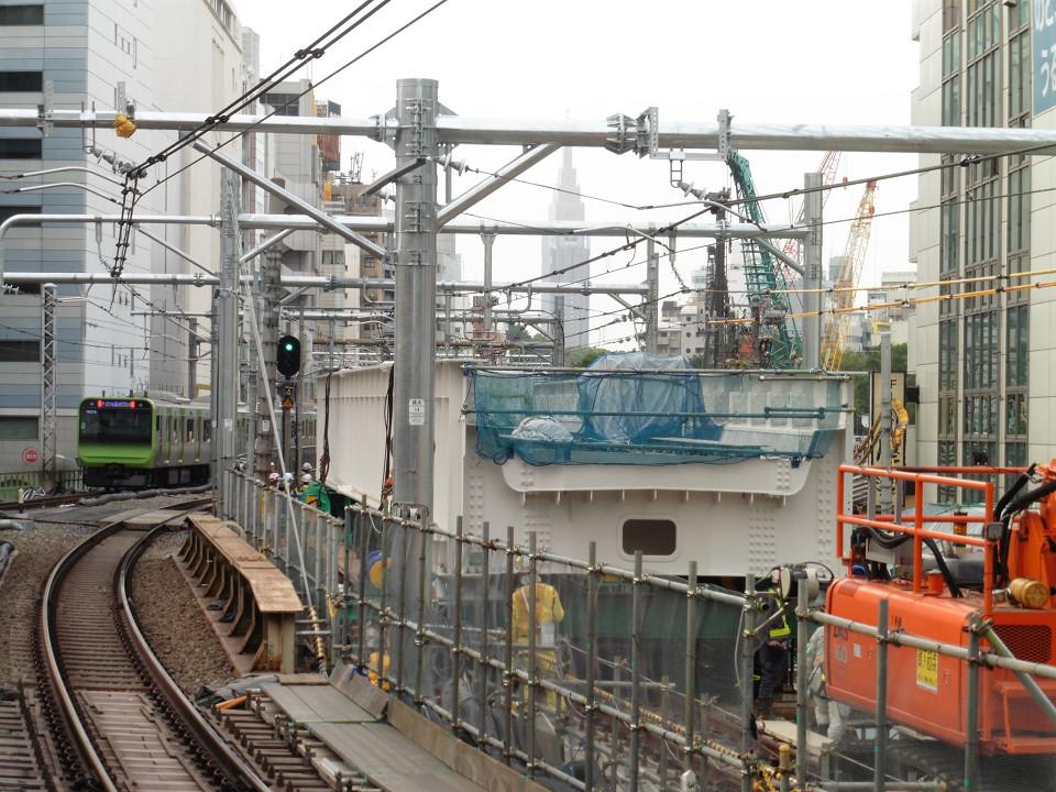 新宿方面の工事箇所を拡大。中央の大きな構造物は、旧大山街道上に架けられた、山手貨物線上り線用の新しい架道橋です。