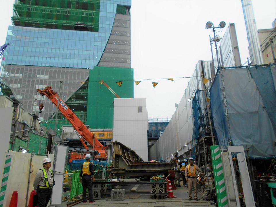 山手貨物線隣の用地には、撤去を終えた架道橋の橋桁が置かれていました。左奥の建築物は、通称「渋谷駅街区」のビル。工事の計画図では「共同開発ビル」と記されています。