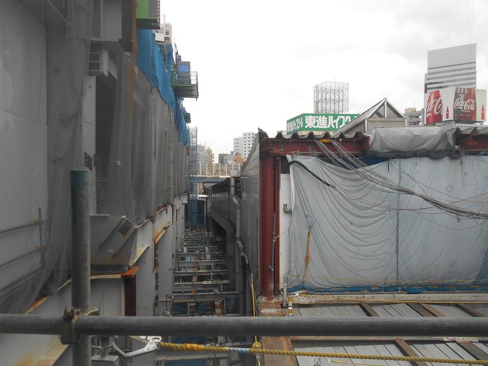 渋谷駅中央改札付近と東口の商業施設などを結ぶ通路からの大崎方面の眺め。右は埼京線ホームや新南口方面に通じる連絡通路で、左の建物が共同開発ビルです。