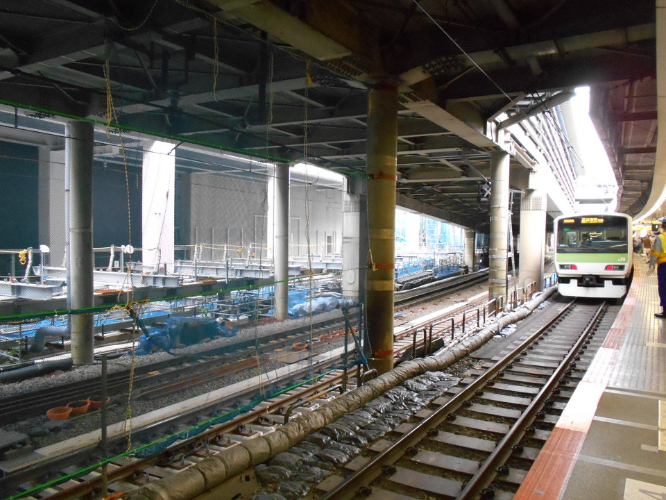 山手線内回りホームから見た山手貨物線の線路。山手線の線路よりも低い位置で上下線とも並んでいますが、最終的には山手線、山手貨物線とも同じ高さになります。2本の線路の左側には、基礎ができつつある埼京線、湘南新宿ラインの新ホームが見えます。