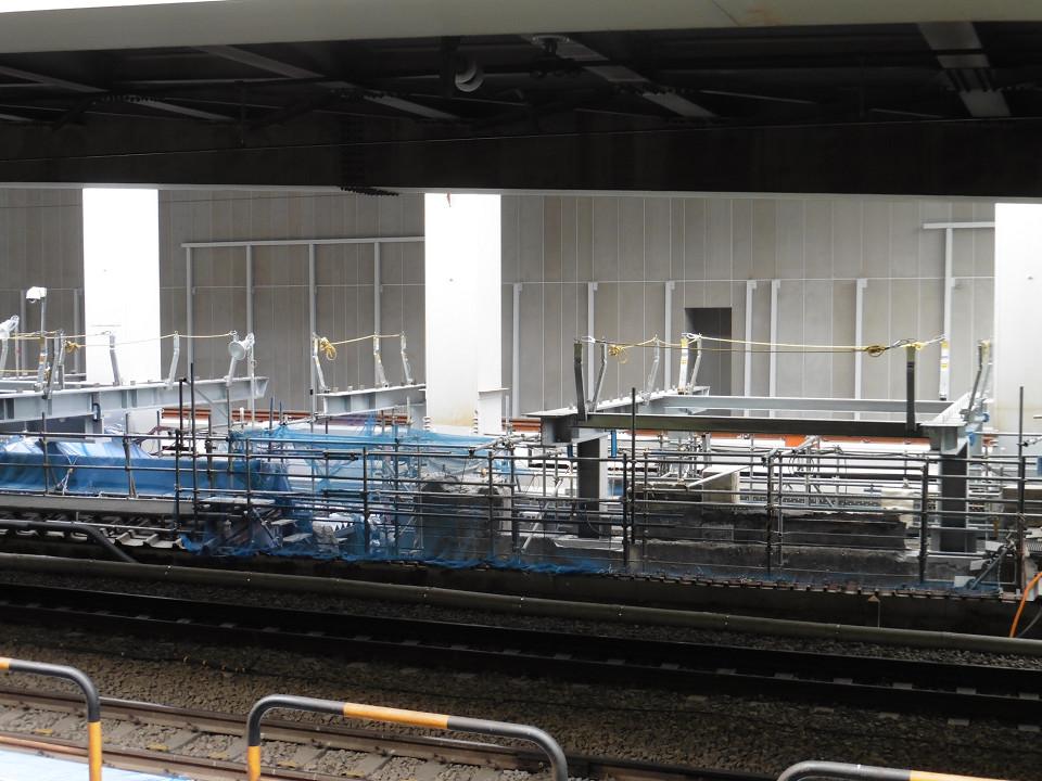 別の角度から見た新ホーム基礎部分。奥には、大崎方面(上り線)の新しい線路が見えます。同線路を含む一帯は、かつて、東急東横線の渋谷駅駅舎などがあった場所です。