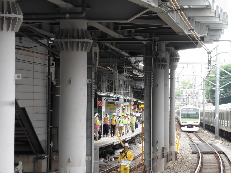 山手線ホームの南端部から見た埼京線ホームの様子。大勢の作業員の姿が見られました。上り線(4番線)側では、一部でホームをかさ上げする工事も行われました。