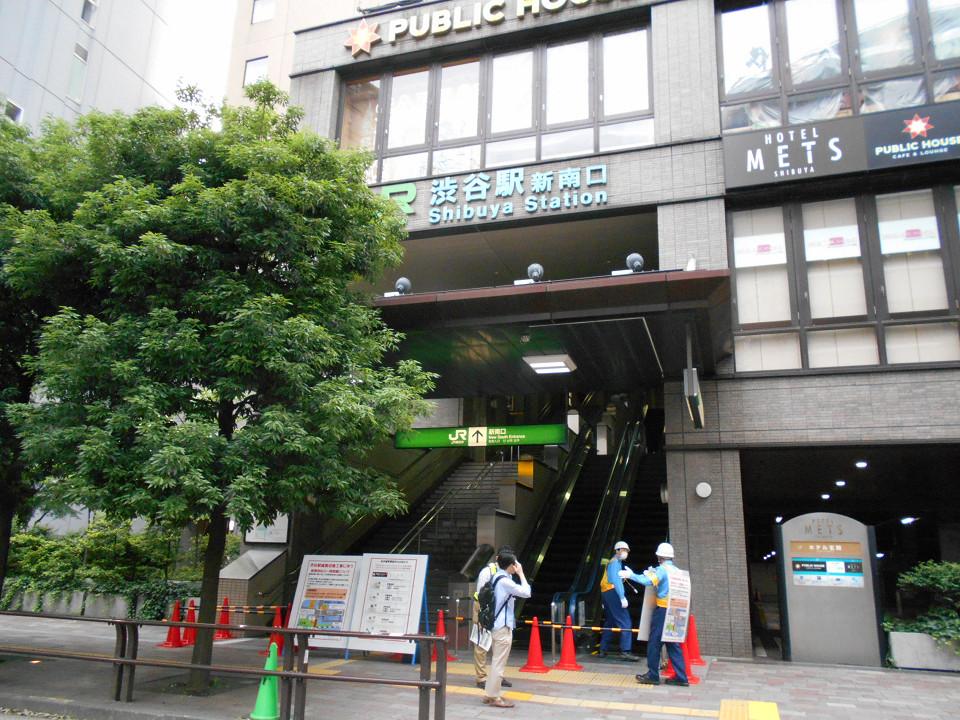埼京線ホームに直結する新南口。工事当日は、地上出入口の前で閉鎖され、新南口駅舎に併設された一部施設に用がある人や関係者を除き、立ち入り禁止になりました。