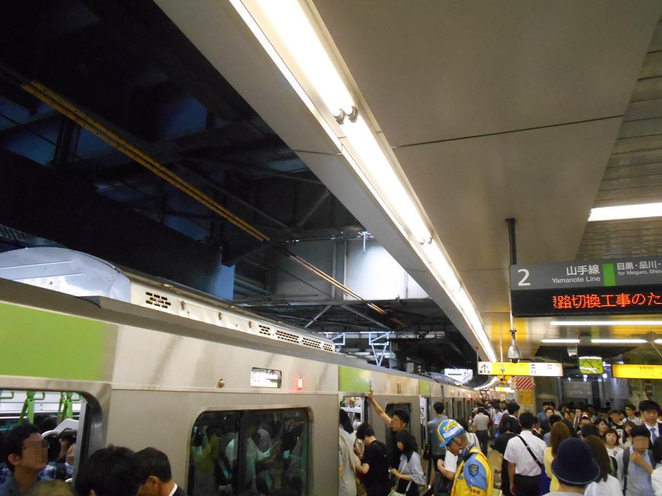 JRで同区間を移動する場合、山手線のみとなったため、山手線はどの列車も混み合い、乗れない人が出るケースも。時間帯によっては遅れも見られました。