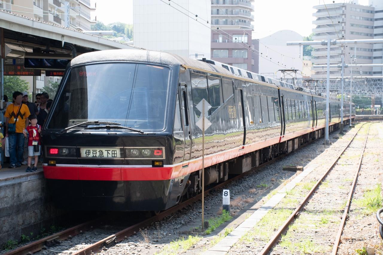 横須賀駅で展示された黒船電車。その名の通り、江戸時代末期に下田港に来航したペリー座乗の「黒船」をモチーフとした車両だ。