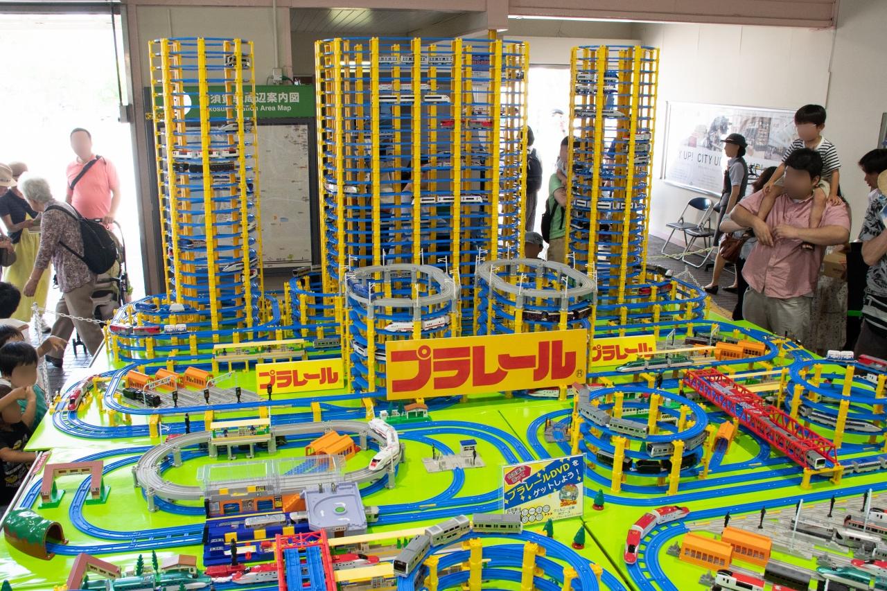 横須賀駅構内で展示されたプラレールレイアウト。制服撮影会などとあわせ、親子連れの注目を浴びていた。
