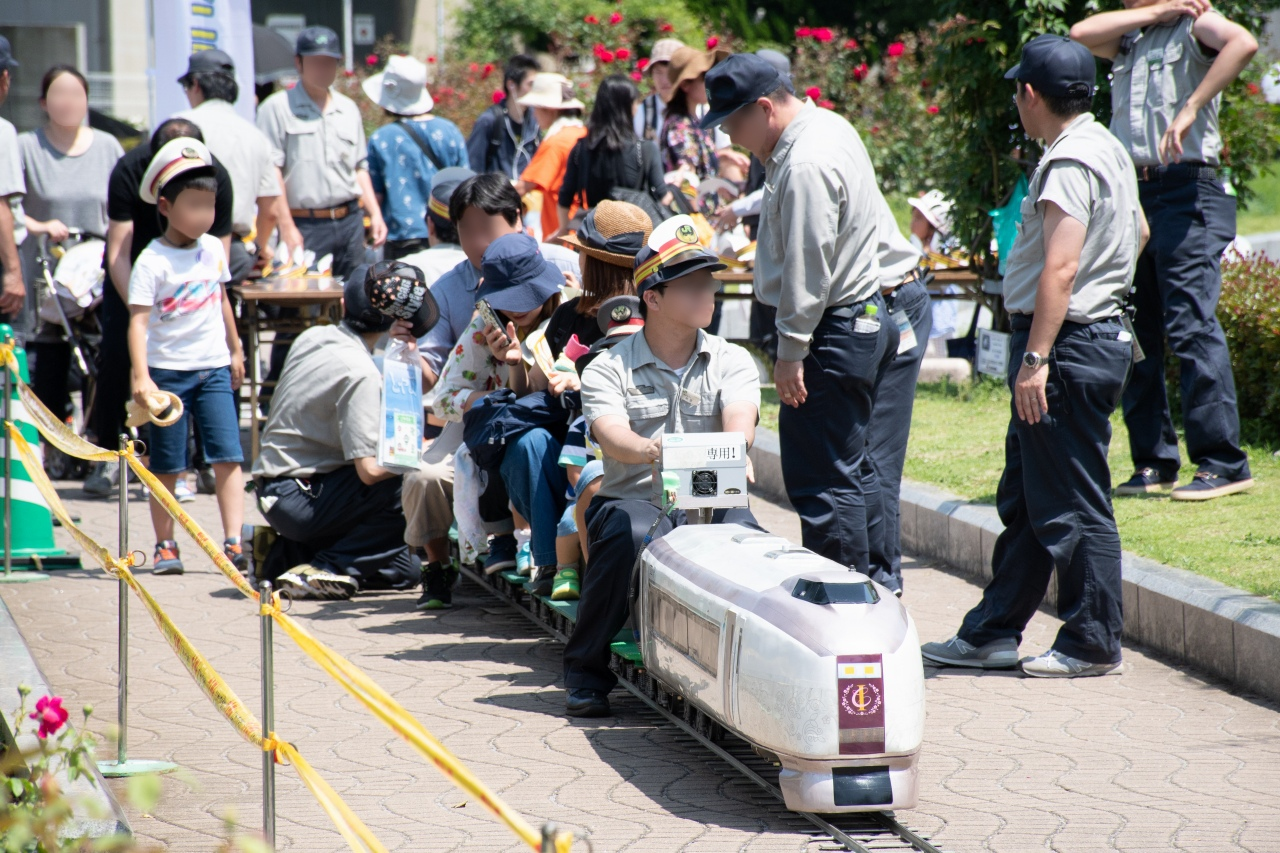 子供たちに人気を集めたミニ電車。こちらの先頭車は、651系「IZU CRAIL」。反対側の先頭車はE259系だった。