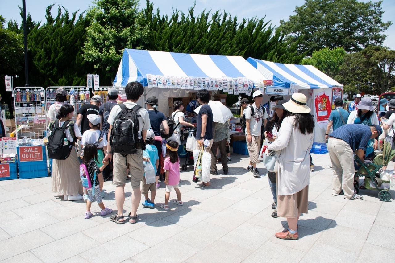 京浜急行電鉄のグッズ販売ブース。地元の大手私鉄とあってか、こちらも人足が絶えることがなかった。