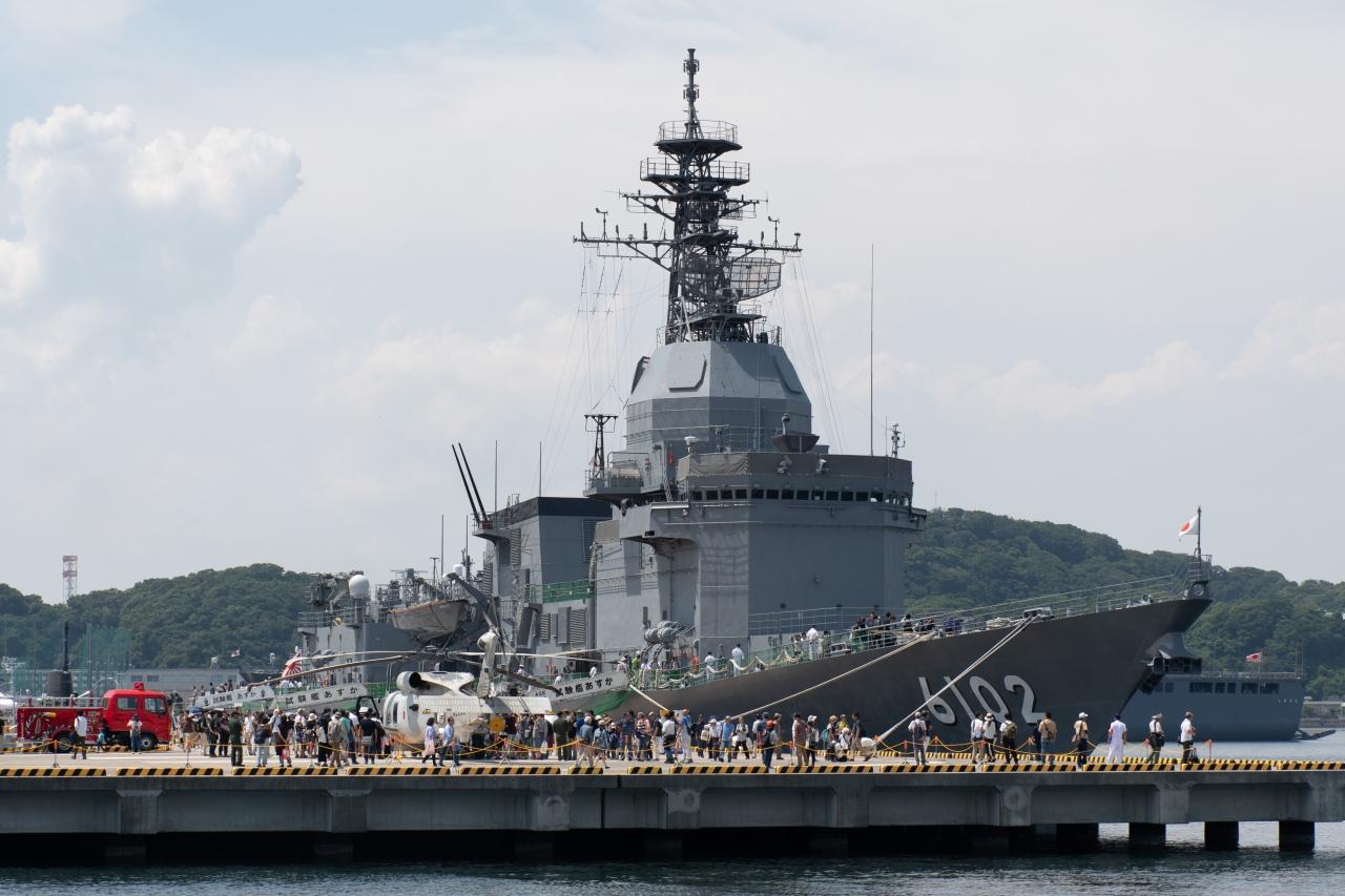 海上自衛隊の試験艦「あすか」。戦闘艦ではなく、装備品を試験するための艦だという。手前には、護衛艦などに搭載される哨戒ヘリコプターも展示された。