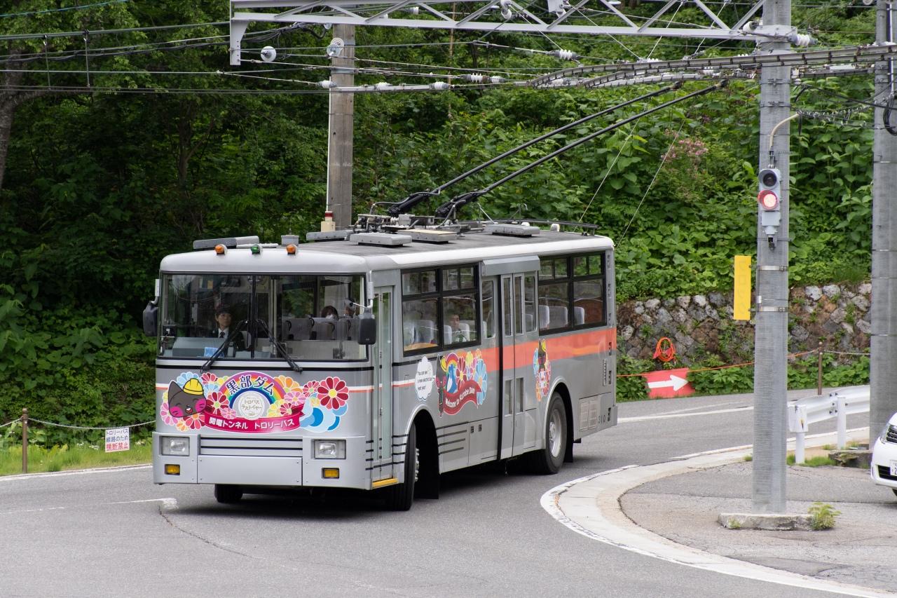 扇沢駅と黒部ダム駅を結ぶ関電トンネルトロリーバス