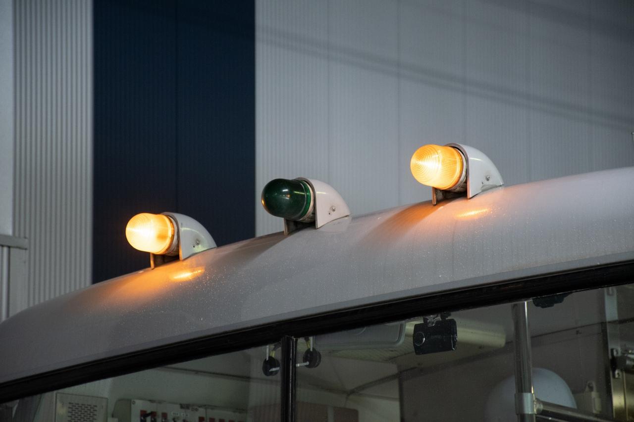車両の前後に設置している順位表示灯。最後尾を表すオレンジ2灯を表示中