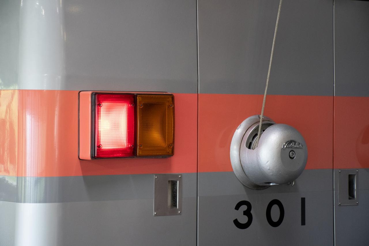 車体後部の尾灯(右)も、トンネル内で見やすいようにオレンジ色となっています。左側の赤灯はブレーキ灯。ちなみに、ウィンカーは使用しないため非装備です