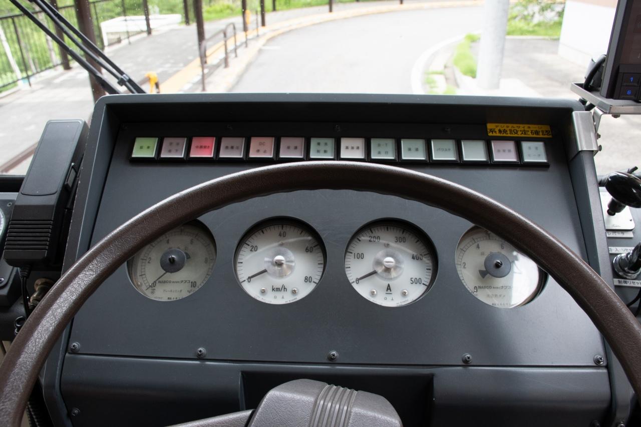 300形の運転席。メーターは、左からブレーキシリンダ圧力計、速度計、電流計、元空気ダメ圧力計。架線電圧計などは運転台左にあります