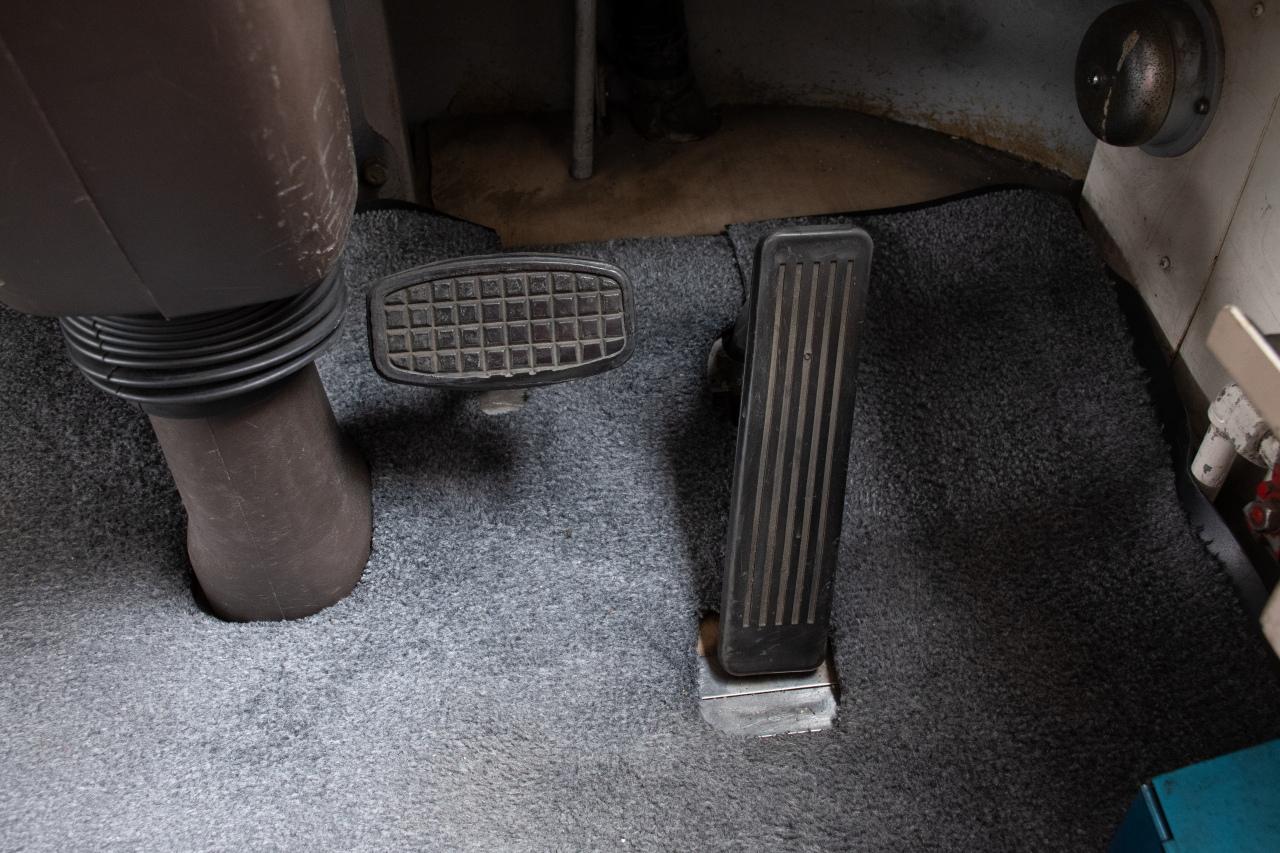 運転席の床にあるペダル。通常の自動車と同じ操作で運転できます