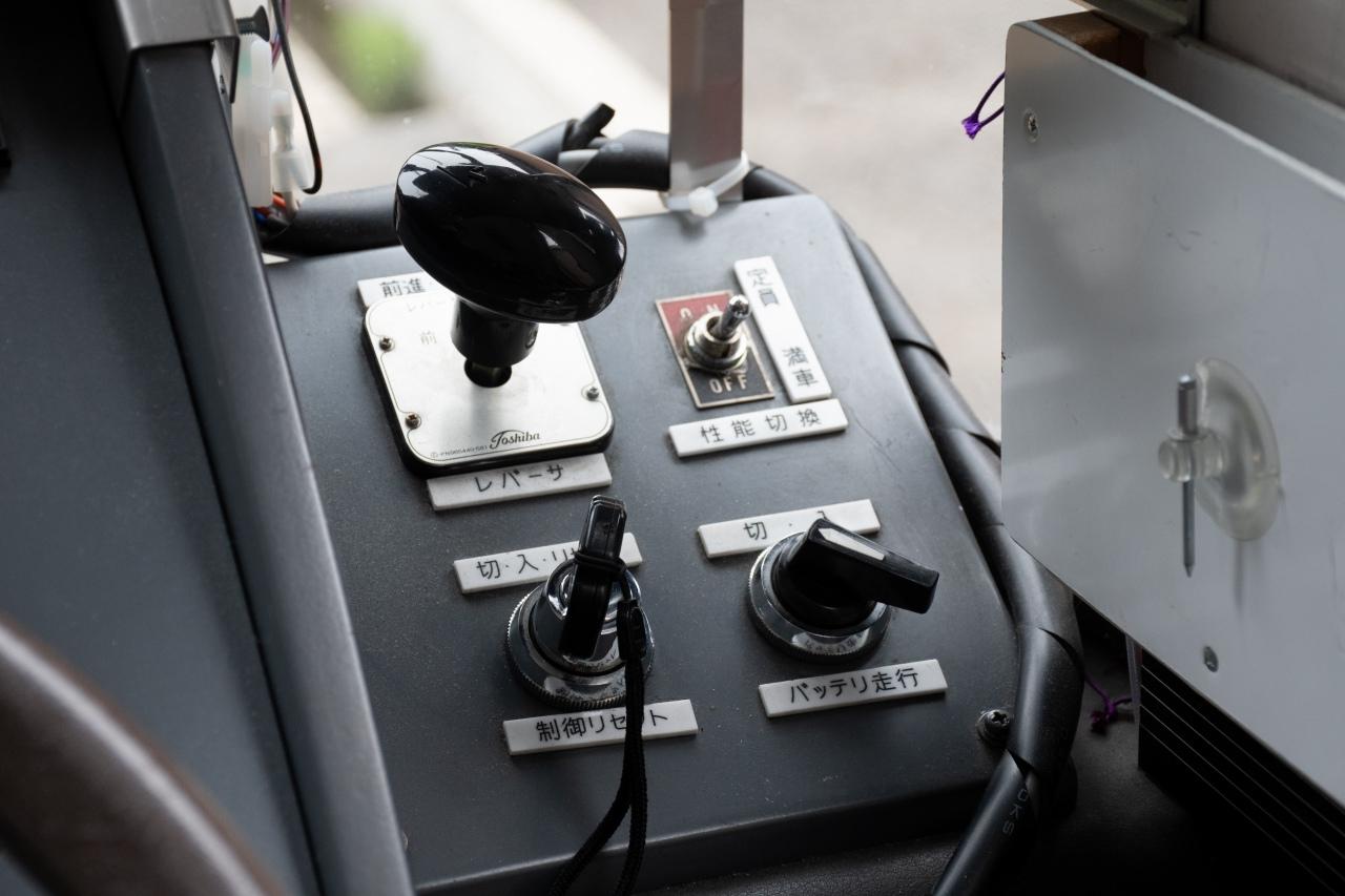 シフトレバーが無いので、車両の前進後退は運転台右側のノブで切り替えます