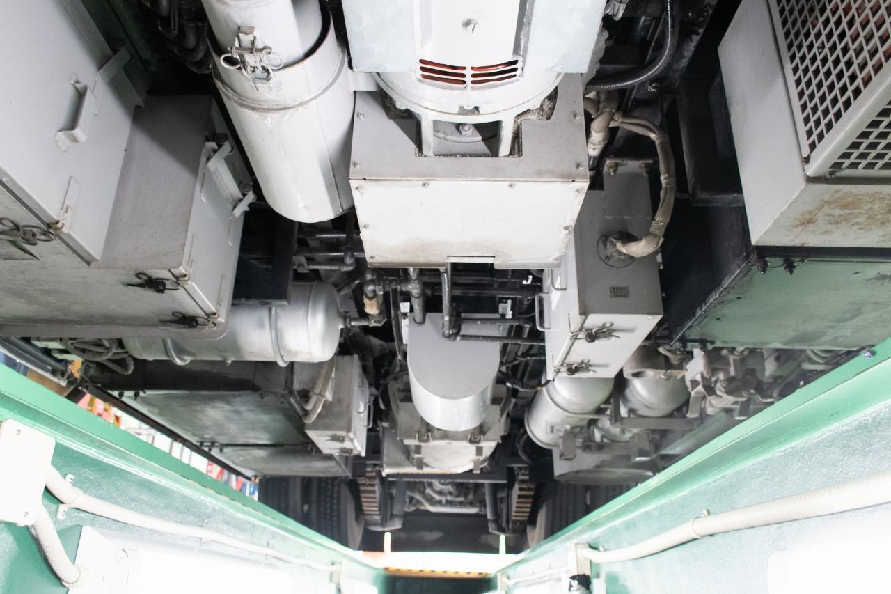 300形の床下。車両後方を向いて撮影。向かって左側に蓄電池箱や断流器箱、右側に元空気ダメやフィルタリアクトル、中央にパワステモーターや主電動機があります
