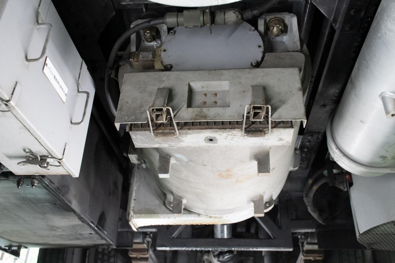 車体中央部に搭載する主電動機。プロペラシャフトで後輪と直結しており、この1台でトロリーバスを動かします