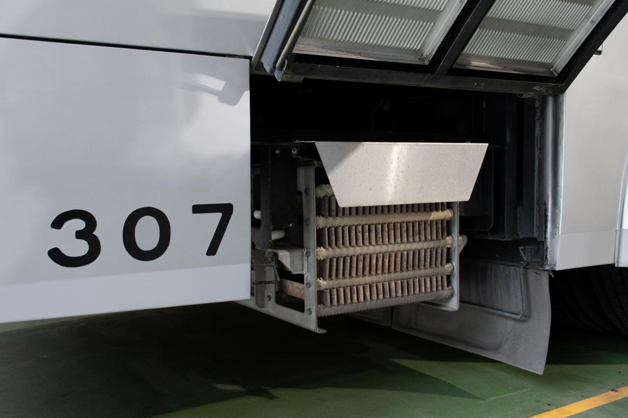 車体後部の床下にあるブレーキ抵抗器。300形の電気ブレーキは発電ブレーキなので、抵抗器を2器搭載しています。ちなみに、電気ブレーキの失効速度は時速9キロ前後とのこと