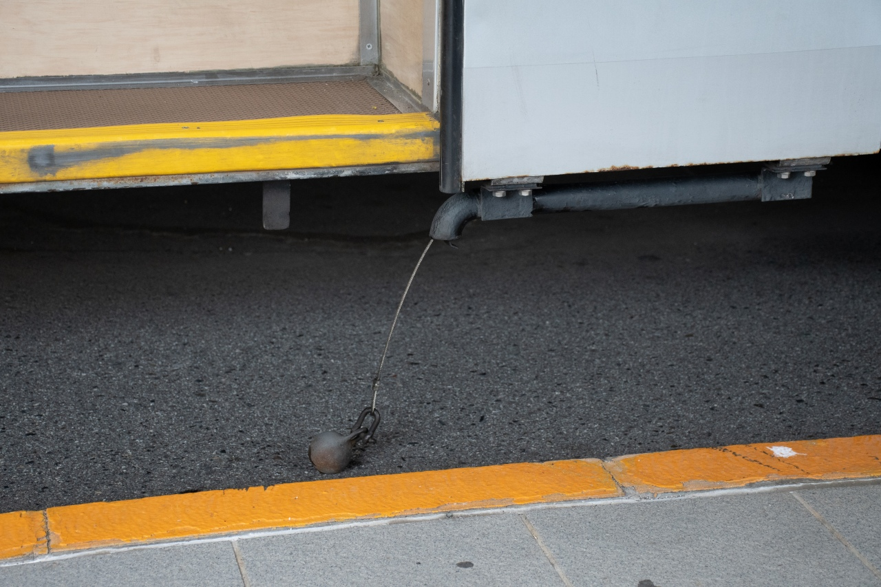 2箇所のドア付近にある鉄玉。アース線の役割を果たし、旅客などが感電することを防ぎます