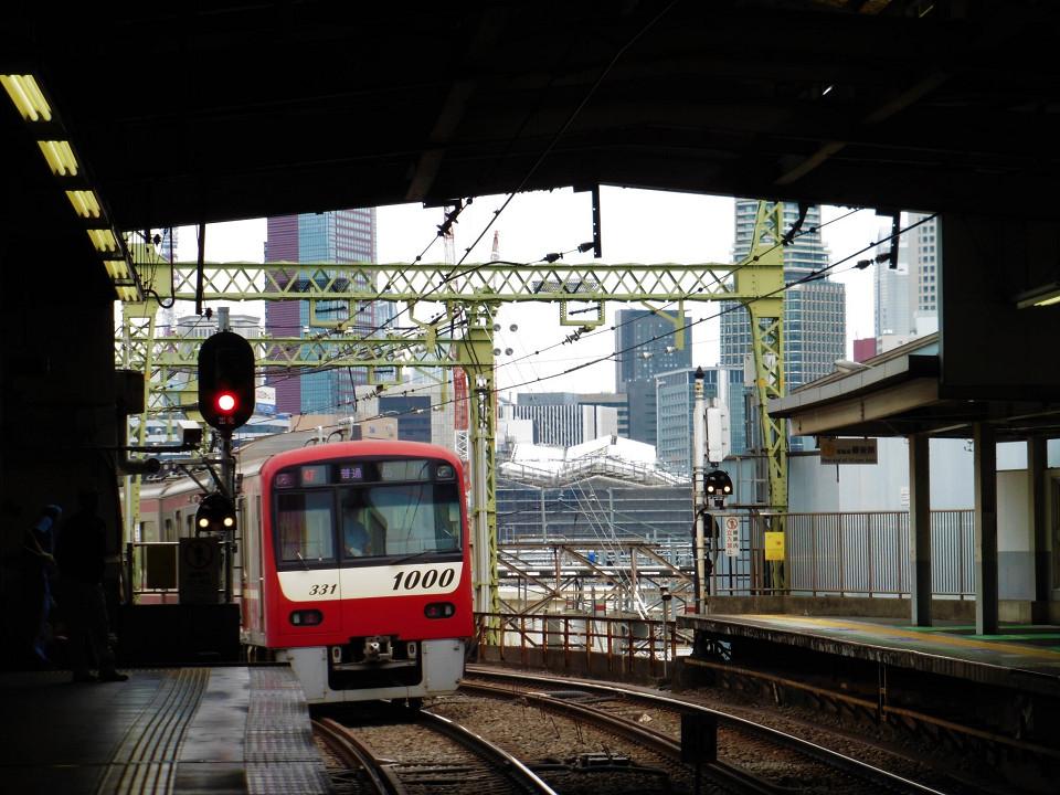 京浜急行電鉄の品川駅ホーム北端から見た品川新駅方面。白い屋根が新駅です。