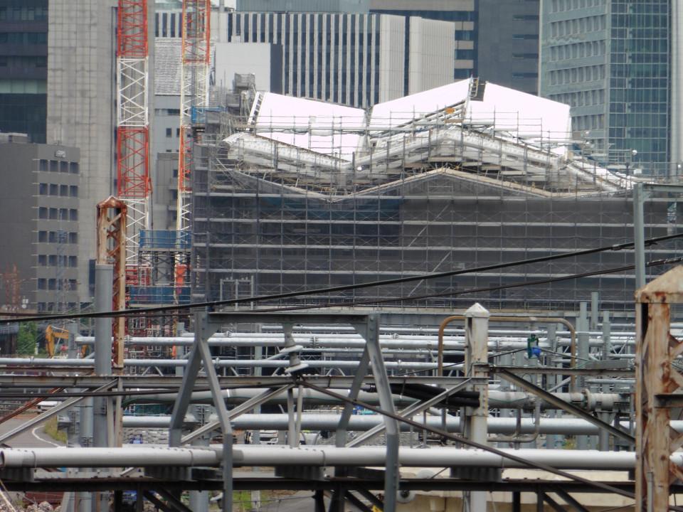 新駅側面をズームアップで撮影。建造物(駅舎)は、地上3階、地下1階、高さ約30メートルを予定。