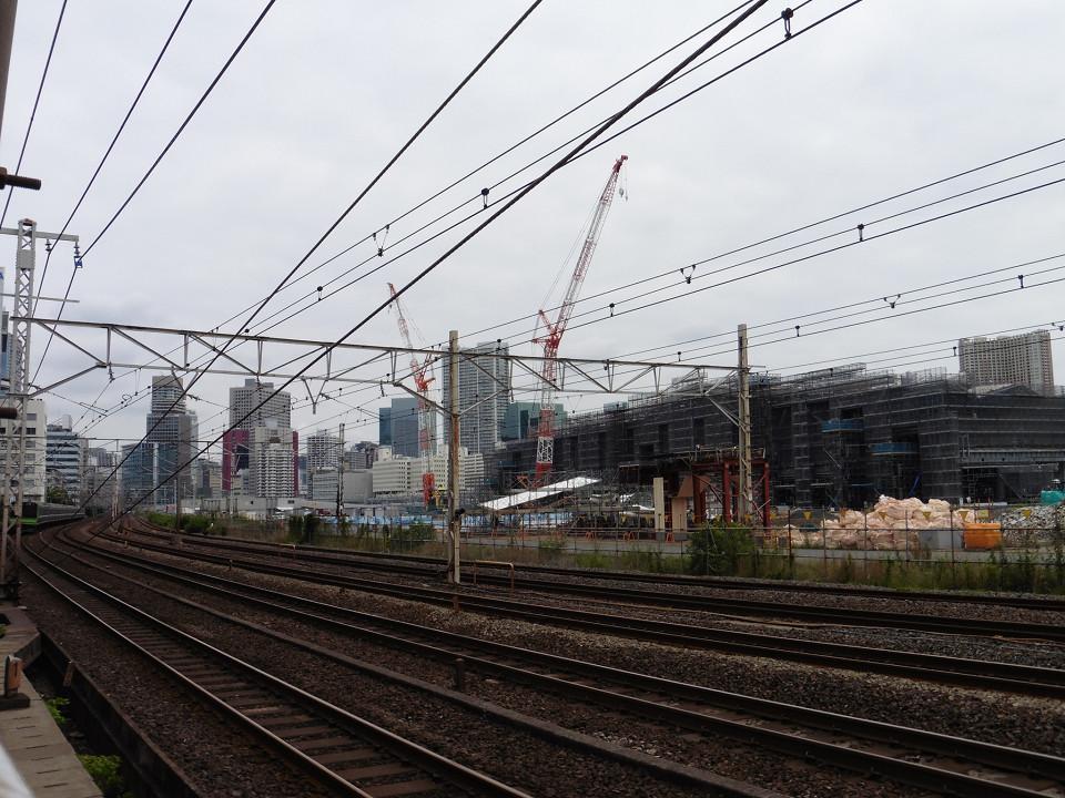 写真手前の山手線、京浜東北線の線路は、新駅設置にあわせて、移設されます。新駅には、山手線と京浜東北線が停車します。