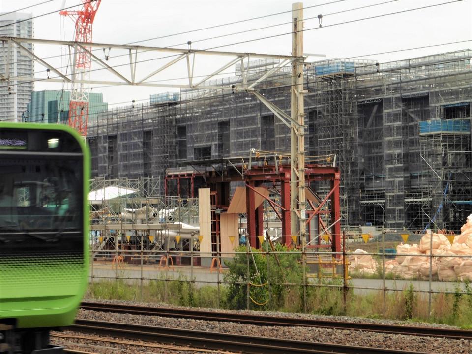 品川新駅は、田町駅から南に約1.3キロ、品川駅から北に約0.9キロの位置に開設されます。所在地は、港区港南二丁目です。