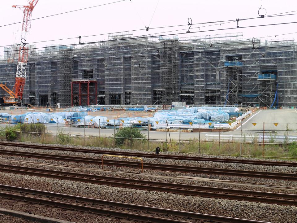 駅舎は鉄骨造りで、建物の建築面積は約5500平方メートル。